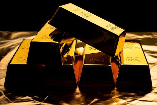 Закройте вверх золота в слитках на черном bacground. финансовая концепция