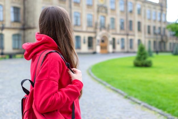 캠퍼스 문을 바라보는 외로운 힙스터가 우울한 스트레스를 받고 있는 외로운 힙스터의 뒷모습 사진