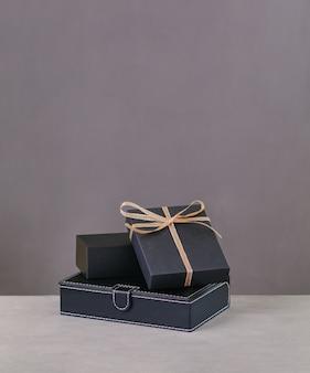 뒷면 선물 상자. 회색 배경에 선물에 황금 리본입니다. 복사 공간