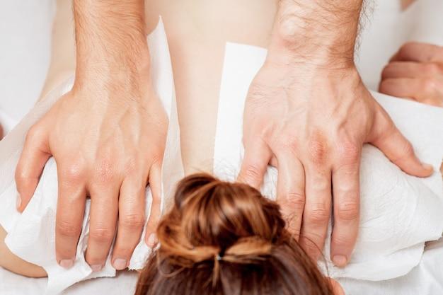 Массаж спины на спине женщины.