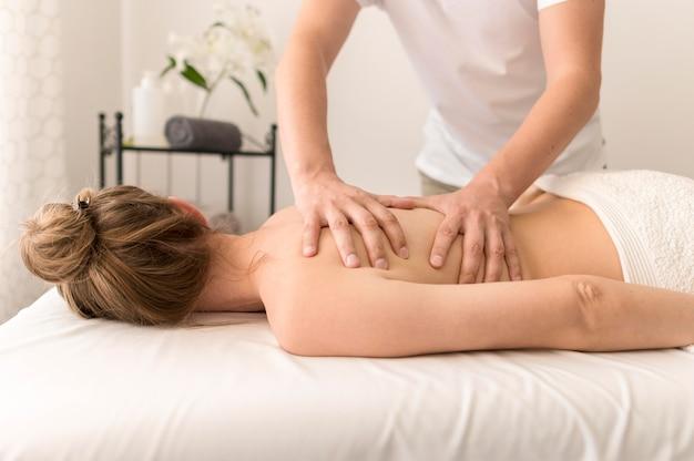 背中のマッサージ療法のコンセプト