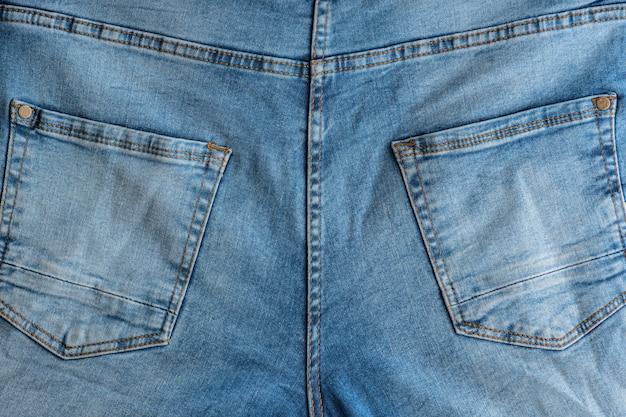 Спинка классических джинсов. джинсовая ткань. кокетка, задние карманы.