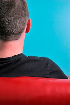 男の頭の後ろ