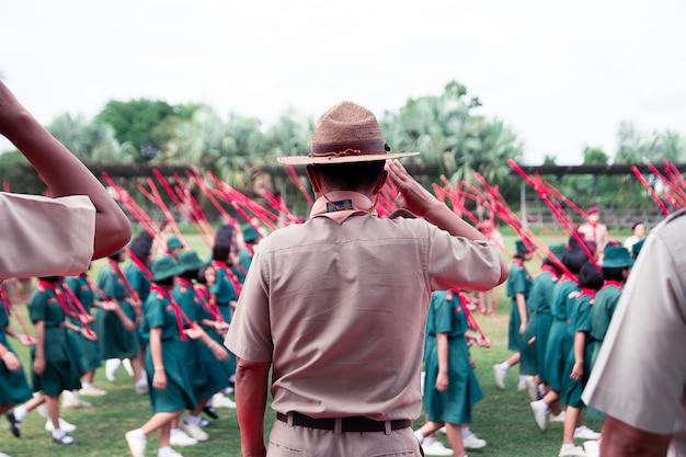 Back of scout master проявляет уважение