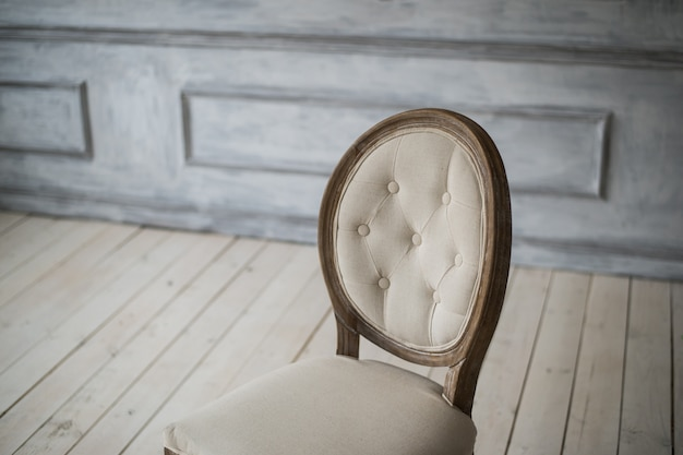 白い部屋でヴィンテージのクラシックスタイルの椅子の裏