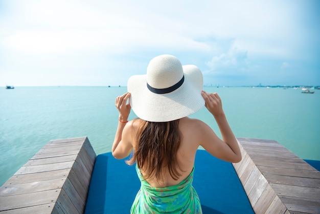 ビーチで白い帽子の女裏