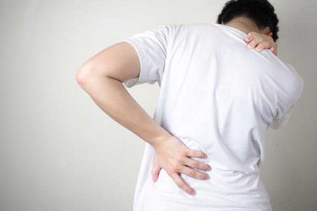 허리 통증. 허리 통증, 흰 배경에 고립 된 여자.