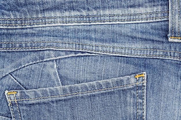 포켓이 있는 라이트 블루진의 뒷부분.