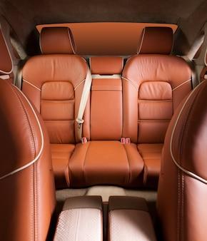 Задние пассажирские сиденья в современном комфортабельном автомобиле