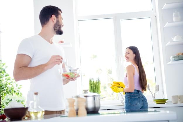 Вид сзади сзади на позвоночник двое идиллических супругов готовят вместе