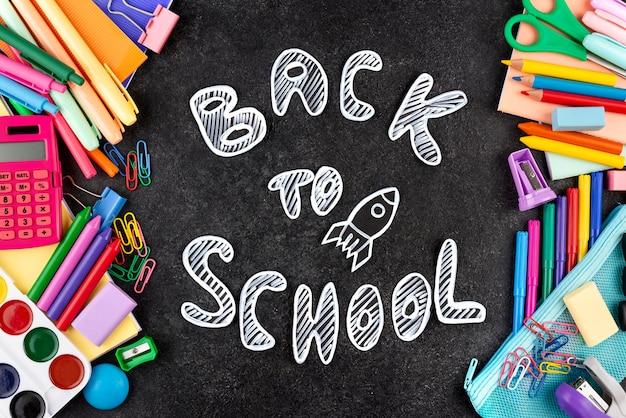 Torna a scuola sfondo con materiale scolastico sulla lavagna