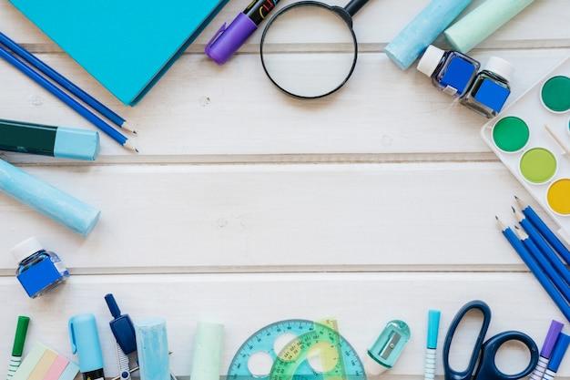 Ritorno alla composizione scolastica con oggetti artistici e spazio in mezzo