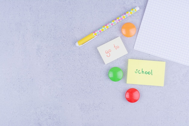 Torna agli scritti di concetto di scuola su foglietti adesivi su grigio.