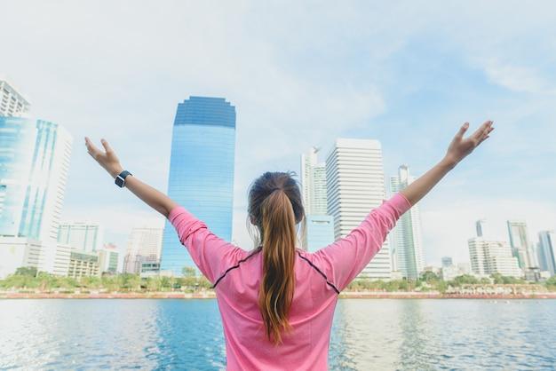 젊은 아시아 여자의 다시 총 자신을 휴식과 도시 실행 후 따뜻하게