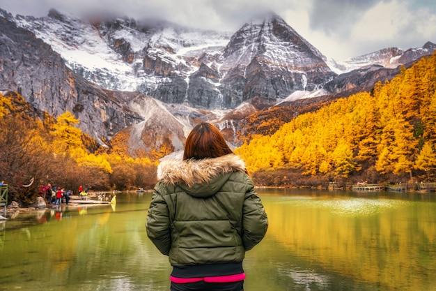 진주 호수를 보고 관광하는 아시아 여성의 뒷면