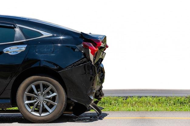 黒い車の裏側が道路での事故により損傷を受ける
