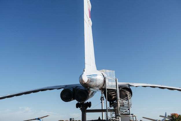 大きなタービンと入り口へのはしごを備えた珍しい飛行機の裏側