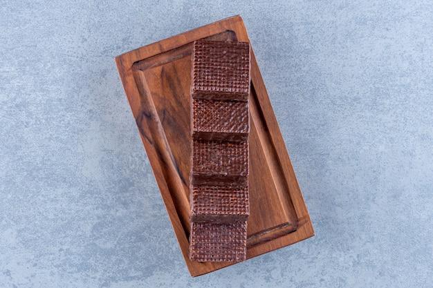 ボード上の背中合わせのワッフル、大理石のテーブル