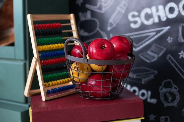 学校に戻る。そろばん、黒板の本のスタック上のリンゴ。