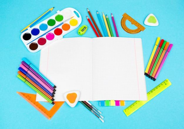 Снова в школу и учебные принадлежности. блокноты и школьные принадлежности.