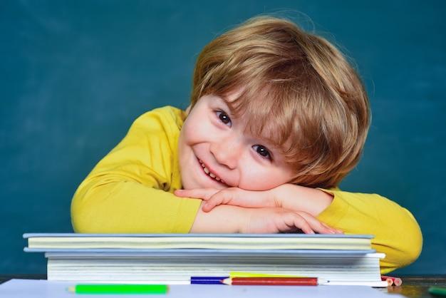 학교로 돌아가서 행복한 시간을 보내는 어린 학생 소년 학교 수업에서 우수한 칠판 배경 어린 아이들