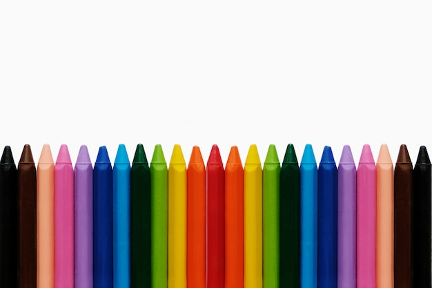 학교 배경으로 돌아 가기 무지개 연필. 다채로운 학 용품.