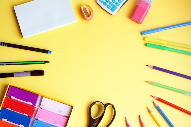 Снова в школу, школьные принадлежности на желтом фоне, плоская планировка, копия пространства