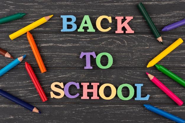 색연필로 학교 배경으로 돌아 가기