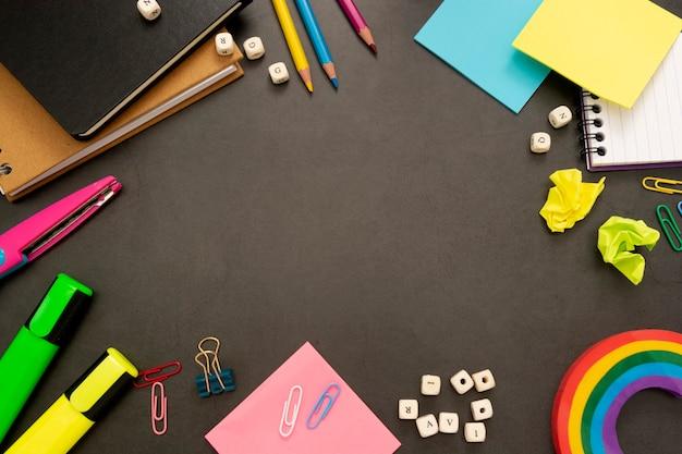カラフルな鉛筆と事務用品で学校の背景に戻る