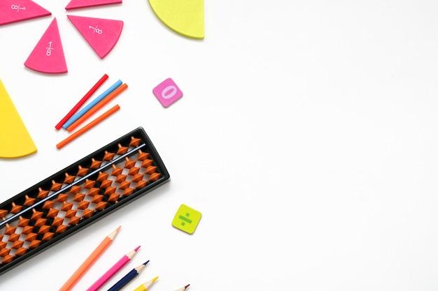 Снова в школу с местом для текста. инструменты оборудования для математического образования. концепция исследования.