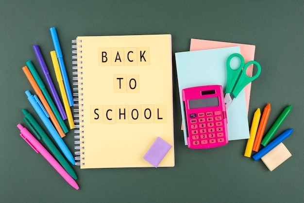 Обратно в школу с школьными принадлежностями и тетрадью