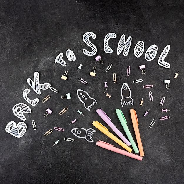 Обратно в школу фон со школьными принадлежностями на доске