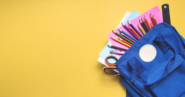 学校に戻る。学用品が入ったバナーバックパック。上面図とテキスト用のスペース。オープンスクールのコンセプト。