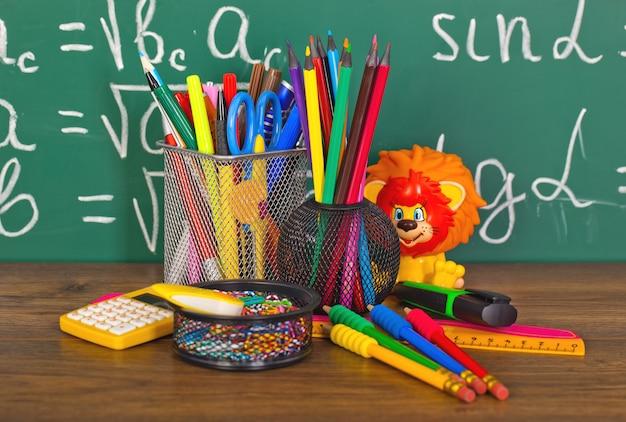 Обратно в школу - доска с пеналом и школьным оборудованием на столе
