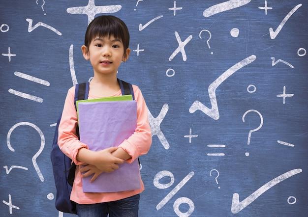 Обратно в школу ребенок плюс скрестив руки блокнот