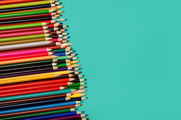 학교로 돌아가다. 파란색 배경에 화려한 여러 가지 빛깔의 연필입니다. 단조롭게