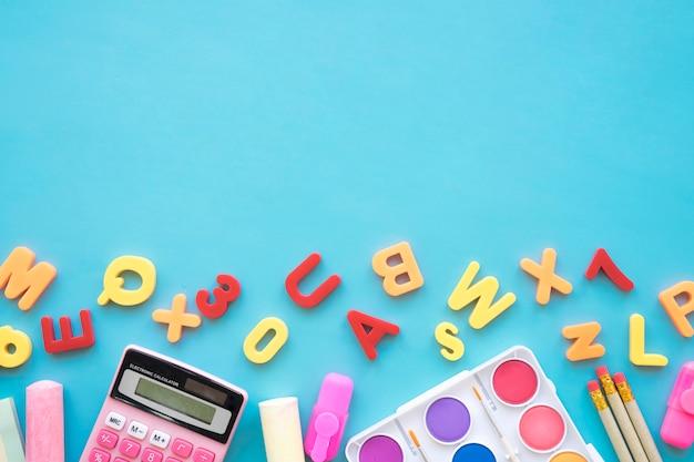 Назад к школьной композиции с буквами и элементами искусства