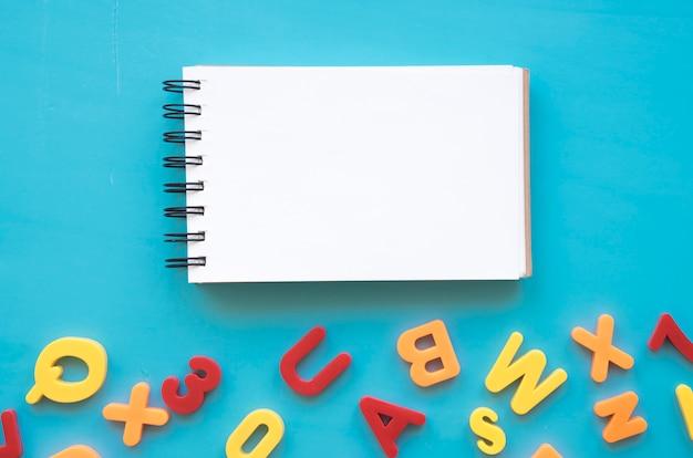 Назад к школьной композиции с помощью блокнота и букв