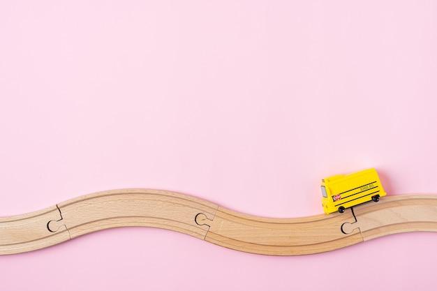 노란색 스쿨 버스 모델과 나무 도로가있는 학교 구성으로 돌아 가기