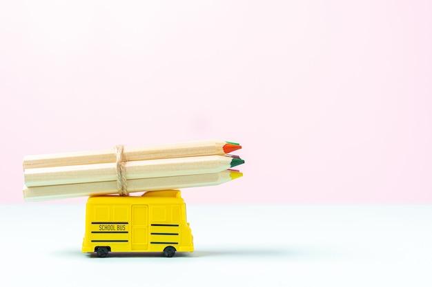 黄色いスクールバスで学校に戻る