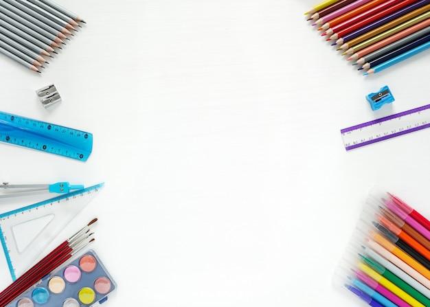 Обратно в школу концепции. макет с цветными карандашами, линейкой, фломастерами, на белом столе. вид сверху