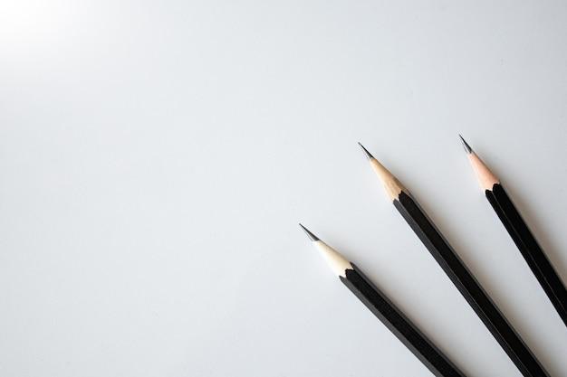 다시 학교 개념, 흰색 테이블 배경에 검은 연필