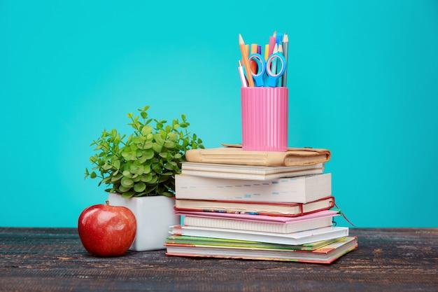 Обратно в школу концепции. книги, цветные карандаши и яблоко