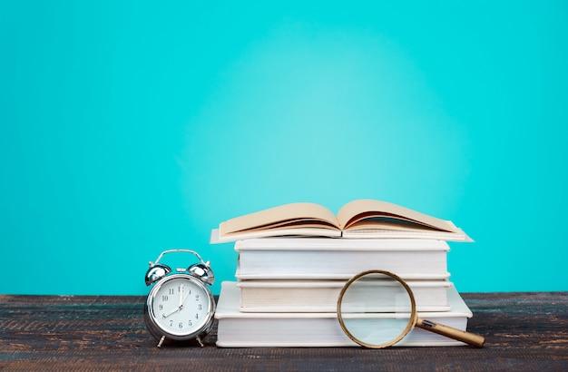 学校のコンセプトに戻る。本、色鉛筆、時計
