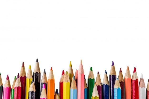 Обратно в школу концепция цветные карандаши на белом фоне