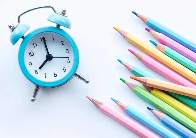 학교 개념으로 돌아가기. 흰색 바탕에 색연필입니다.