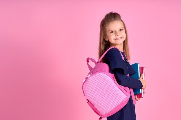 Обратно в школу концепции половина повернутый фото портрет прекрасной уверенной в себе красивой умной девушки с тетрадью в школьной форме платье розовый яркий рюкзак