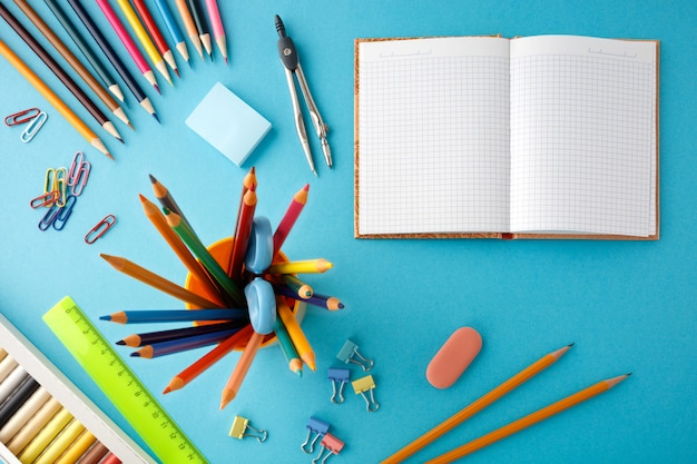 Обратно в школу концепции на синем фоне текстуры бумаги.