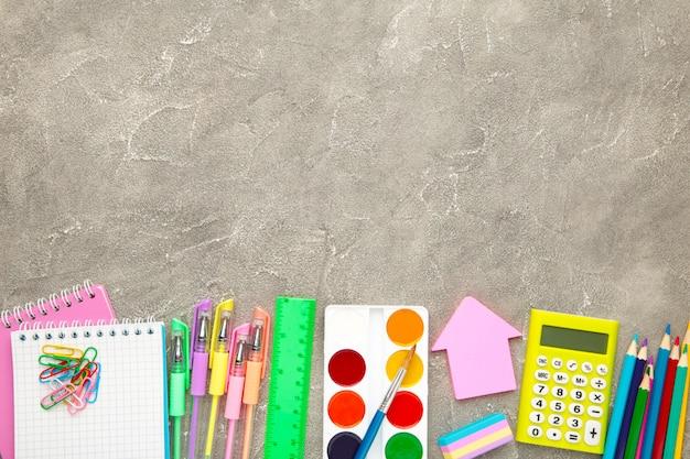 Обратно в школу концепции на сером фоне бетона. вид сверху
