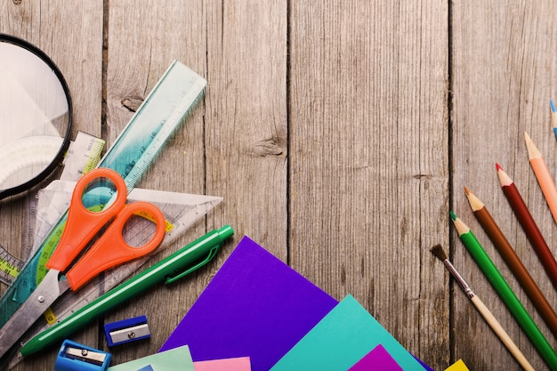 木製の背景に学校のコンセプトに戻る